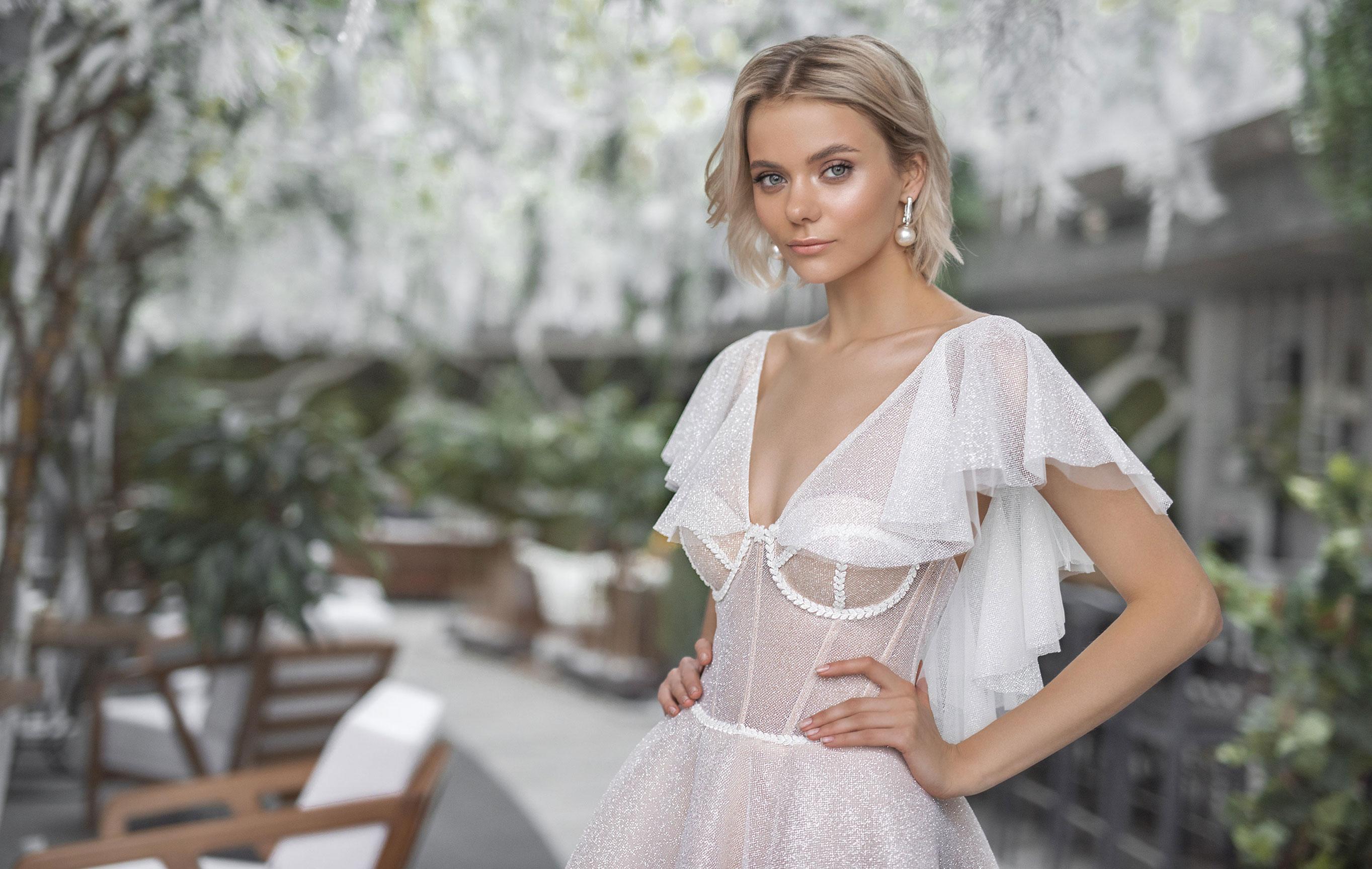 Полина Архипова в свадебных платьях модного бренда Strekoza, весна-лето 2019 / фото 01