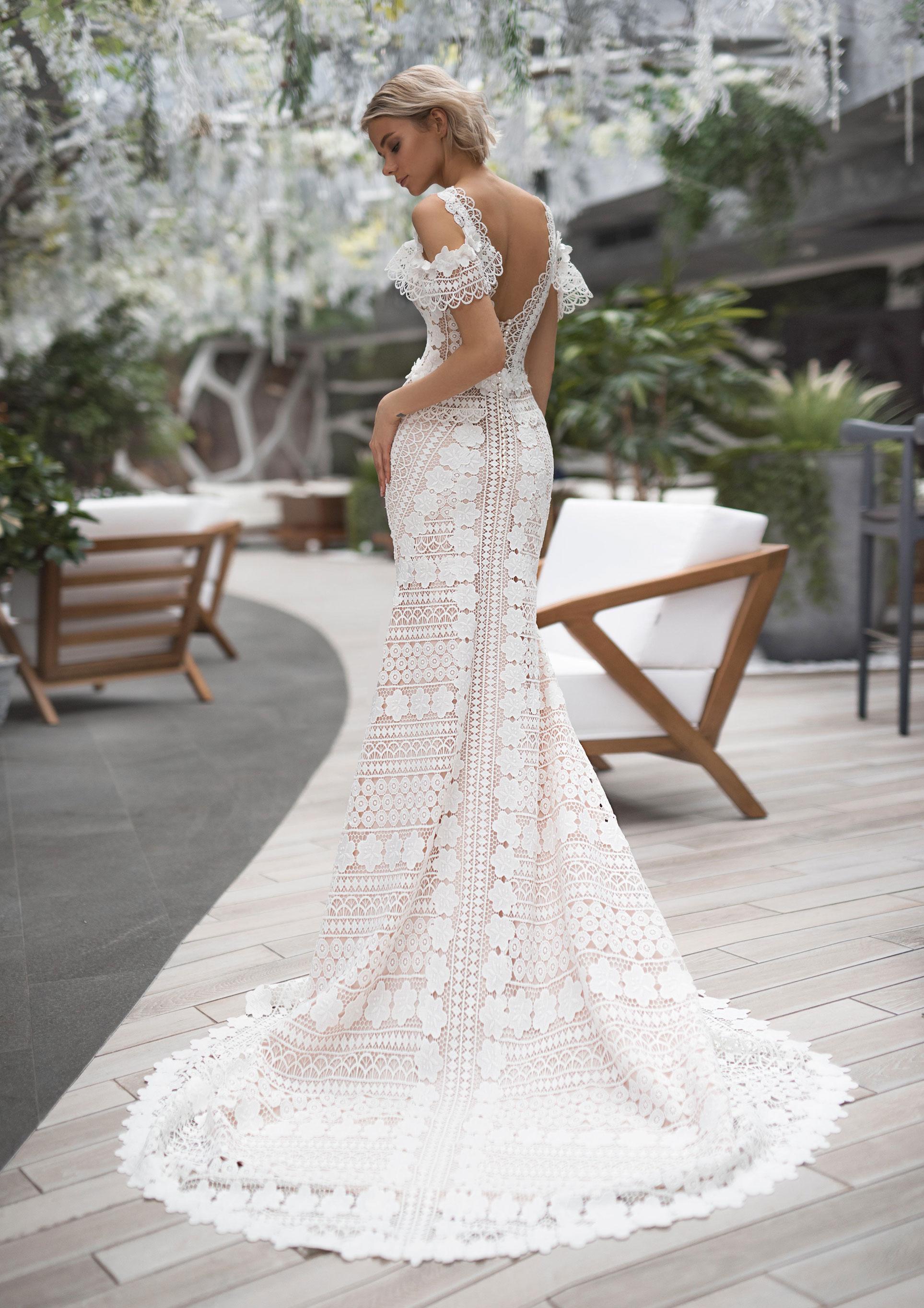 Полина Архипова в свадебных платьях модного бренда Strekoza, весна-лето 2019 / фото 03