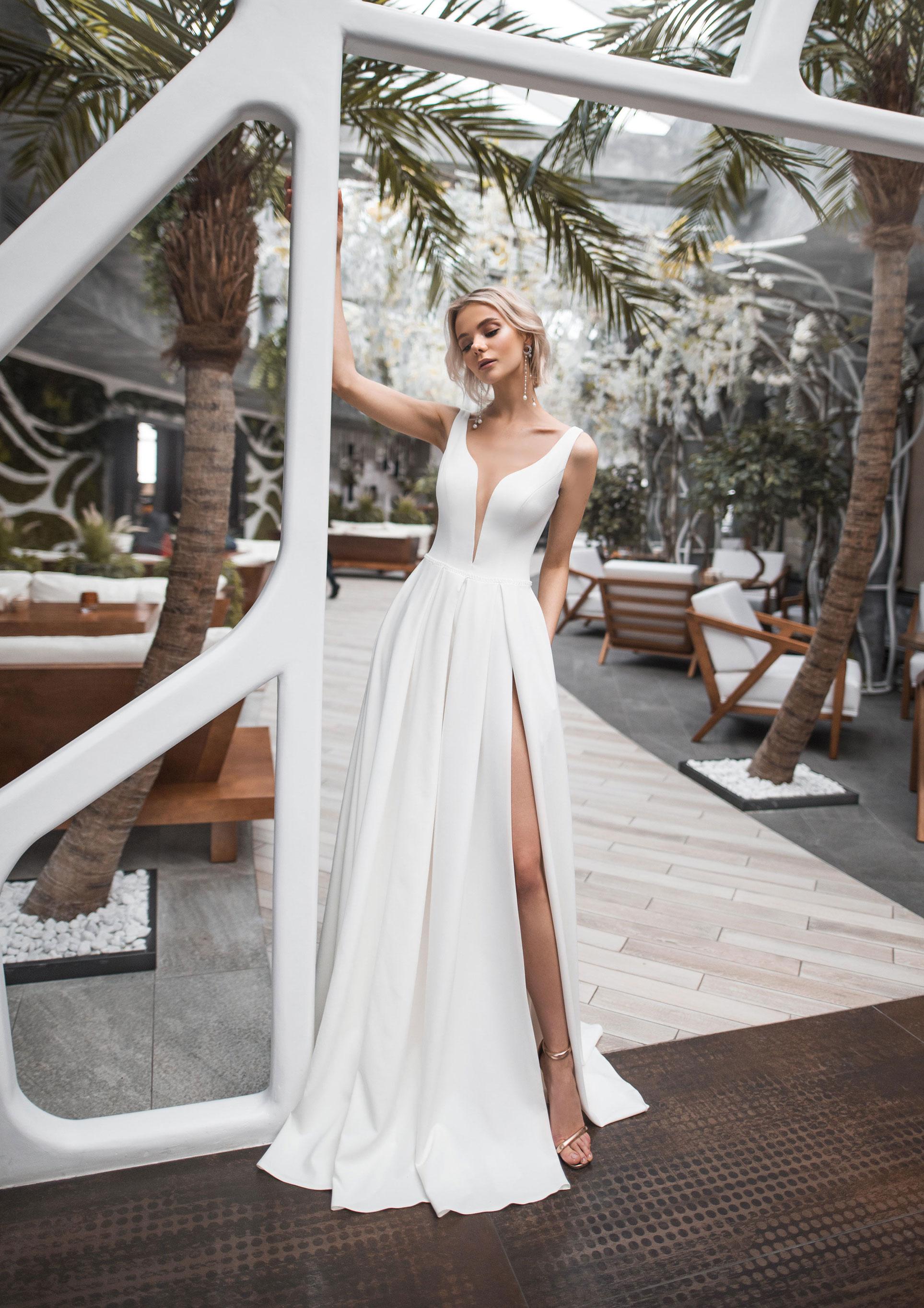 Полина Архипова в свадебных платьях модного бренда Strekoza, весна-лето 2019 / фото 06