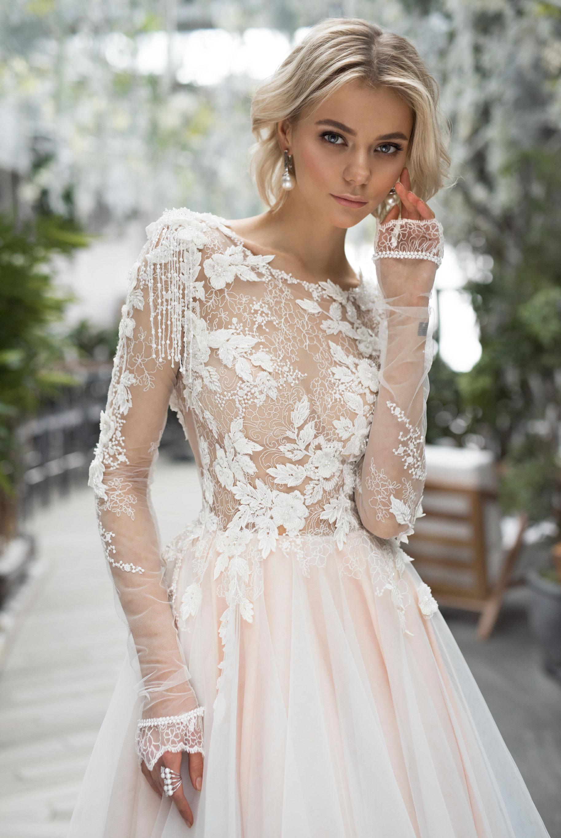 Полина Архипова в свадебных платьях модного бренда Strekoza, весна-лето 2019 / фото 07