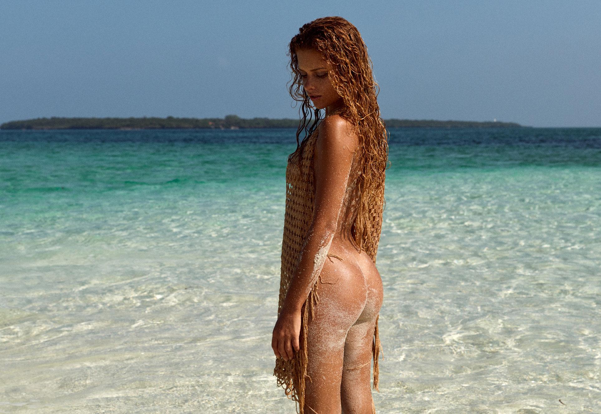 полуголая Юлия Ярошенко на пустынном пляже на Бали / фото 01