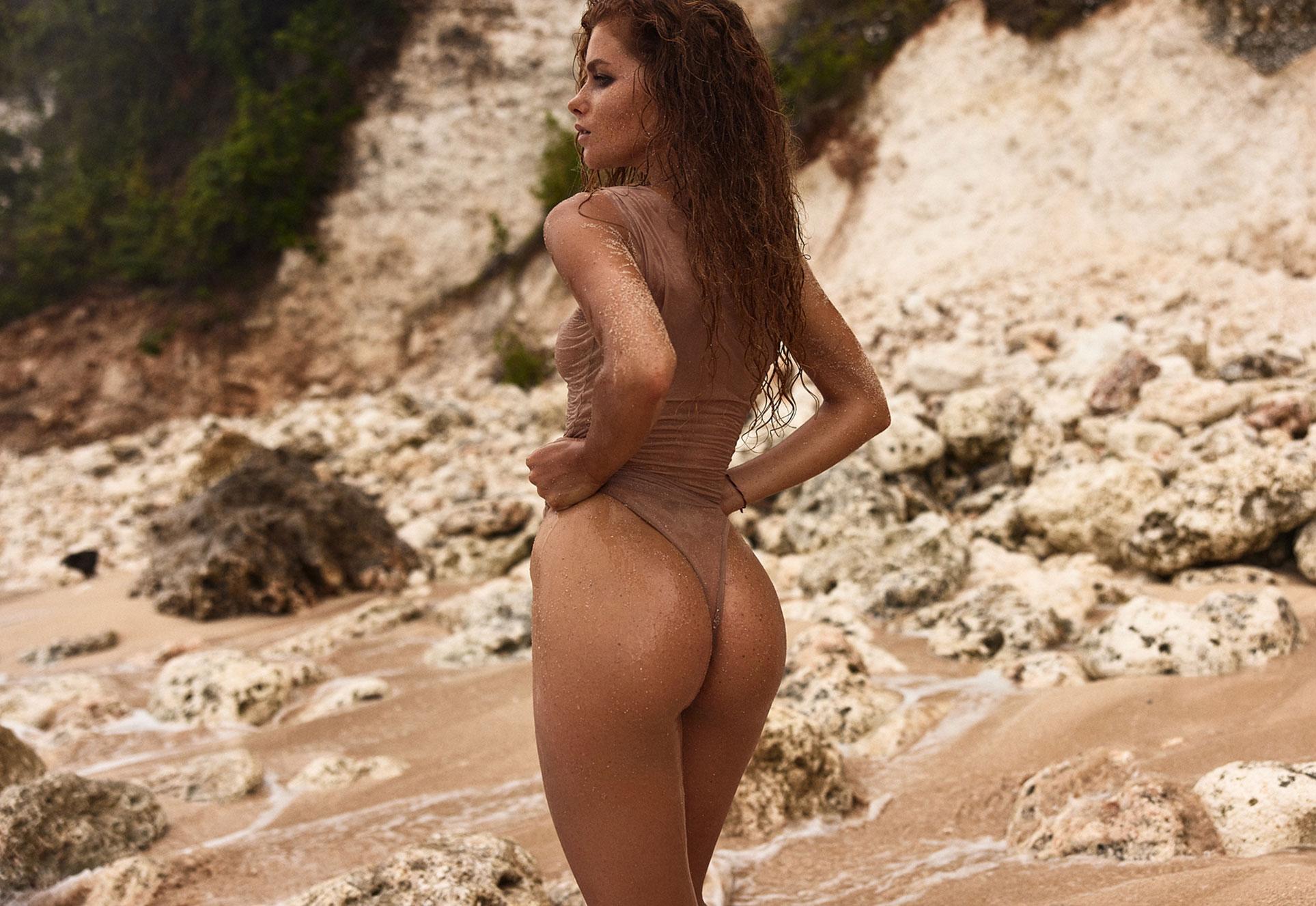 полуголая Юлия Ярошенко на пустынном пляже на Бали / фото 02