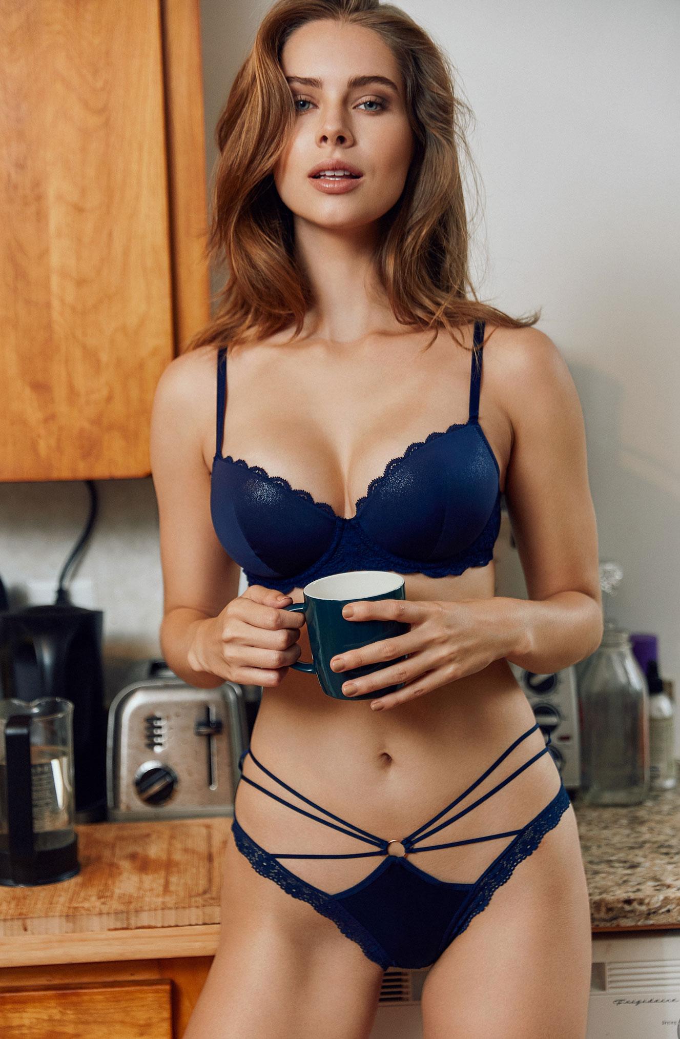 Брэнди Гордон готовит кофе и демонстрирует кружевное нижнее белье / фото 05