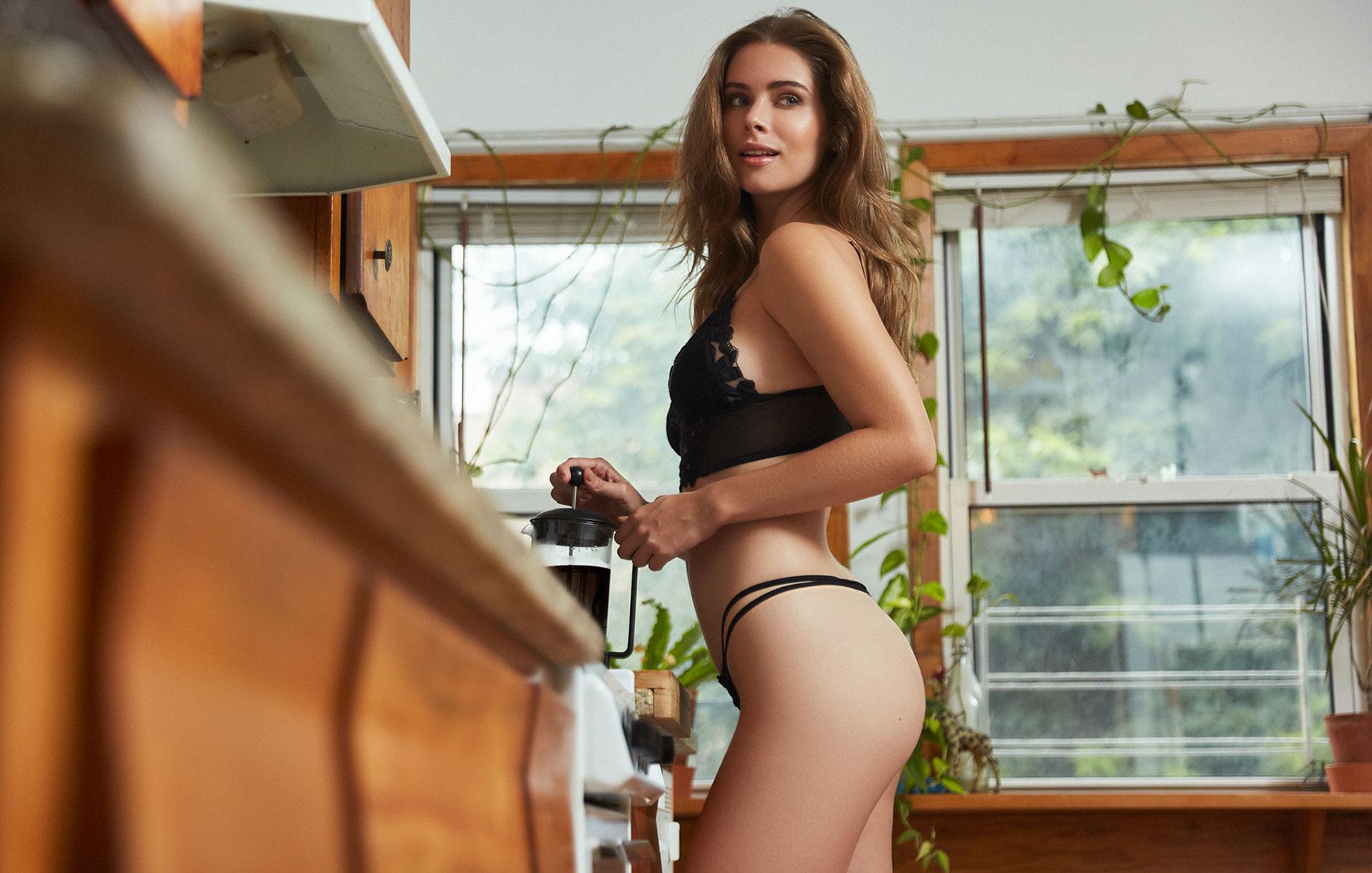 Брэнди Гордон готовит кофе и демонстрирует кружевное нижнее белье / фото 17