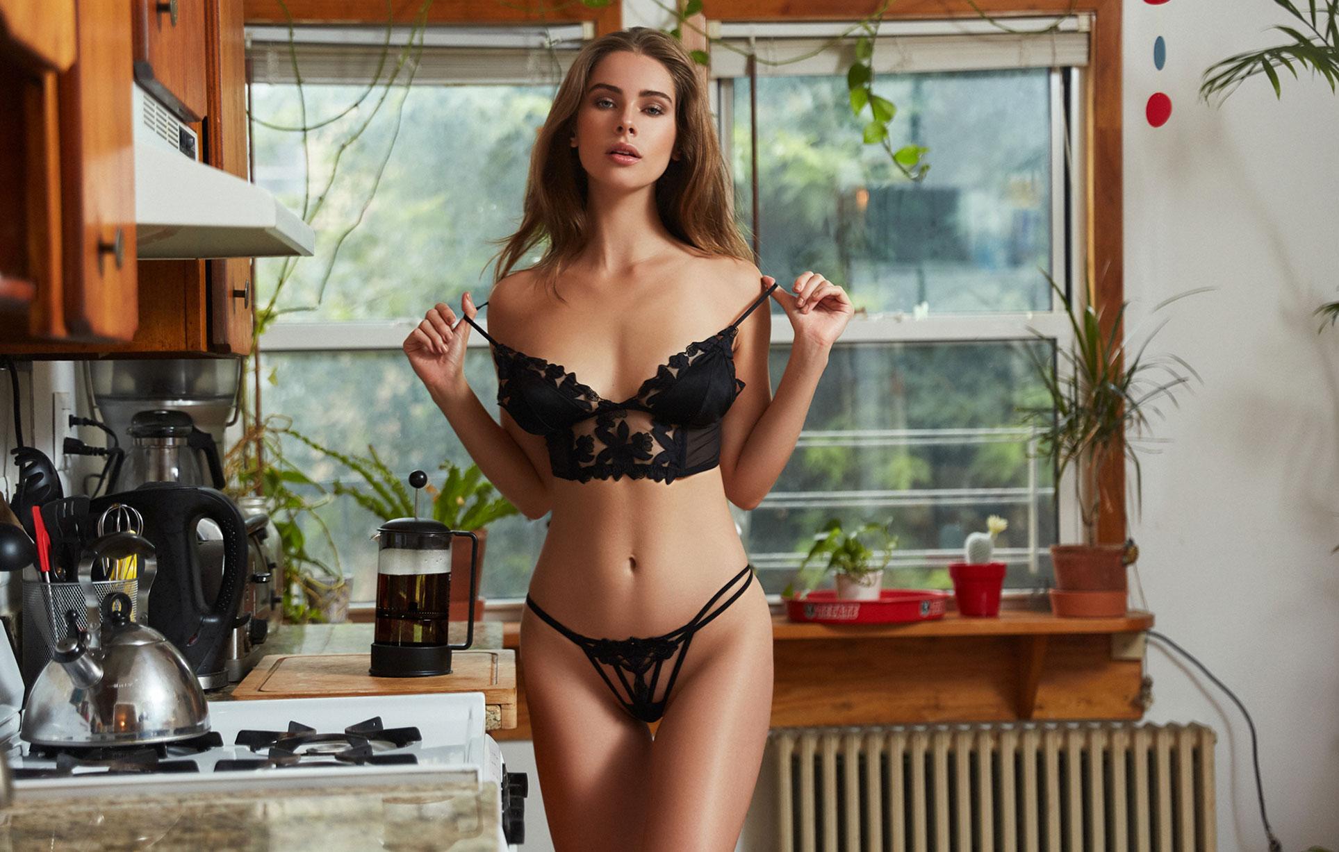 Брэнди Гордон готовит кофе и демонстрирует кружевное нижнее белье / фото 20