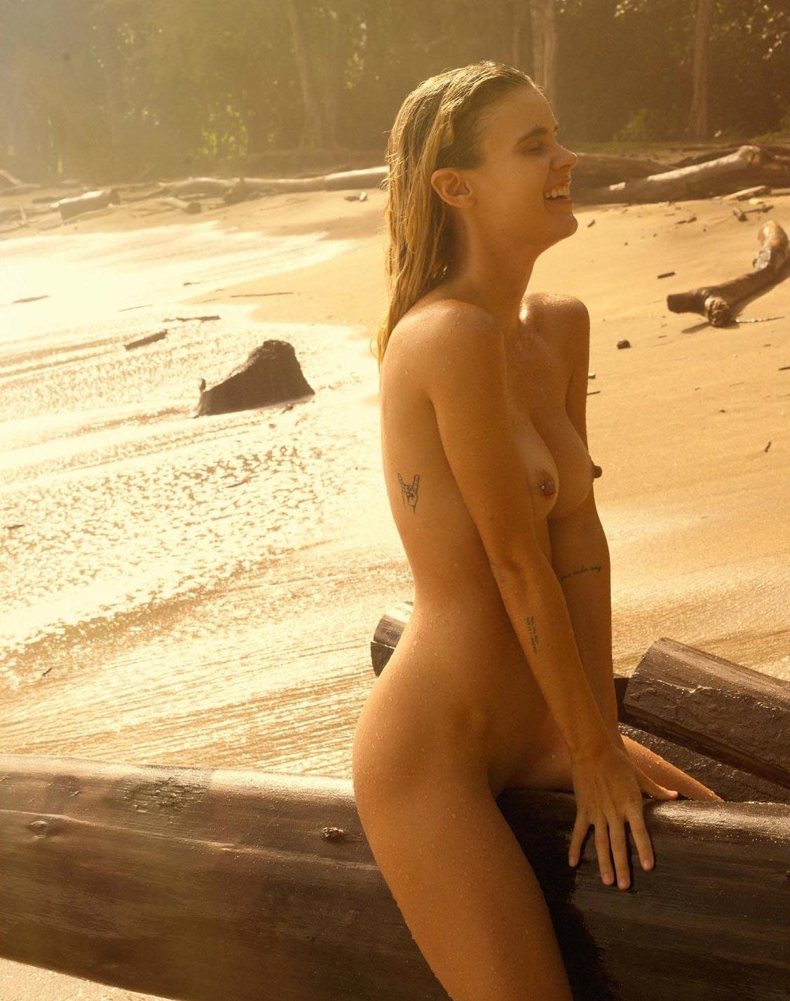 голая Эмберли Вест на диком пляже / фото 05